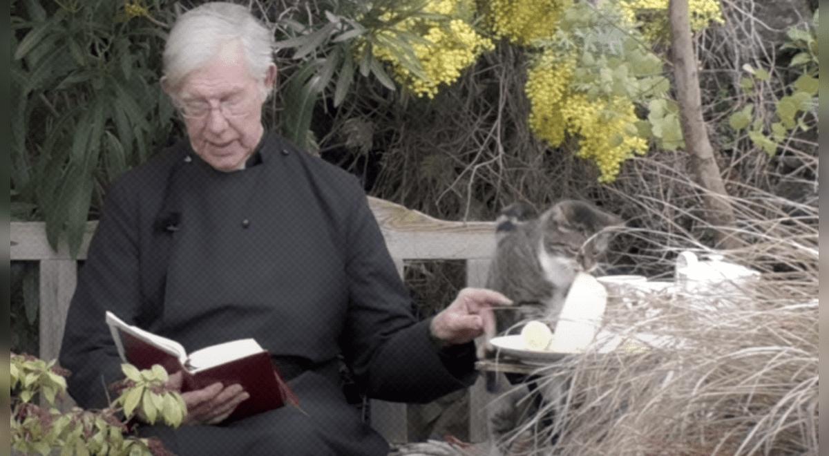 gato-le-roba-un-crepe-a-sacerdote-en-pleno-sermon-y-escena-se-vuelve-viral-video