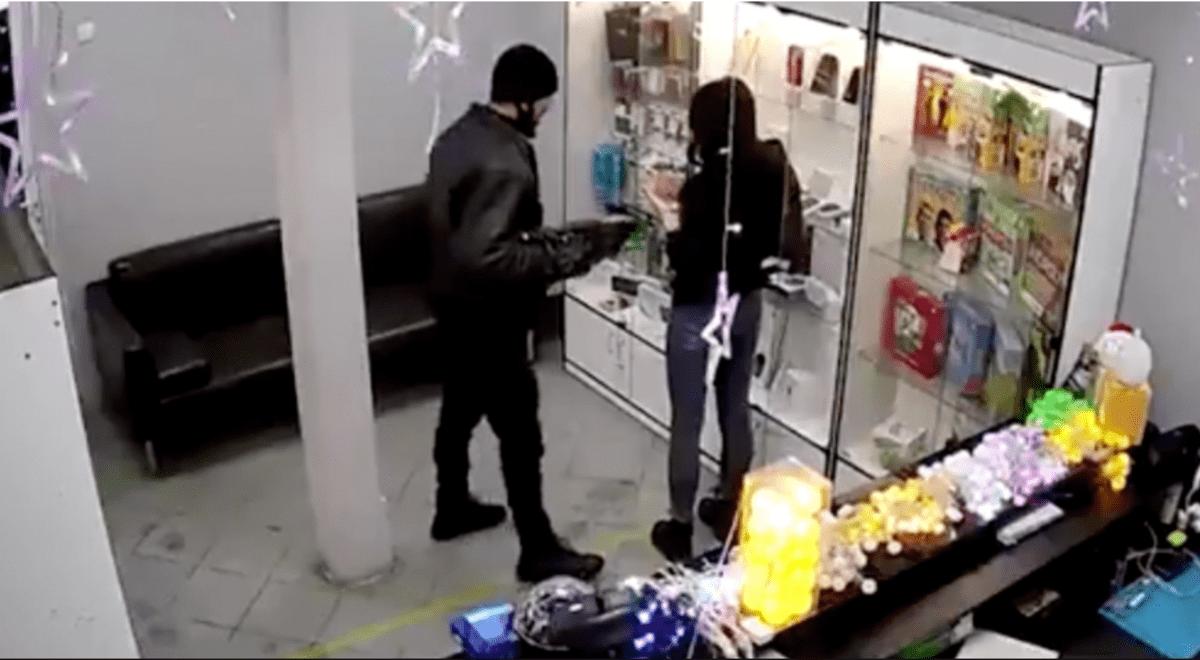 rusia-roba-tienda-de-celulares-con-un-gancho-para-ropa