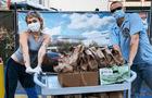 Miley Cyrus y Cody Simpson regalan tacos a médicos que combaten el coronavirus