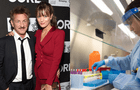 Sean Penn y su novia trabajan en centro de pruebas de coronavirus que él abrió
