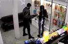 Rusia: Roba tienda de celulares con un gancho para ropa