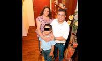 El pequeño Rodrigo junto a sus padres esperan el dictamen del juez.