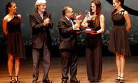 Cuglievan recibe el Gran Premio Nacional del deporte de manos del ministro de educación.