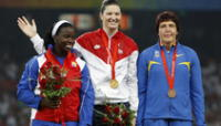 Yarelys Barrios, primera de la izquierda, celebra con la medalla de plata