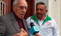 El exalcalde histórico de Lima. Luis Bedoya Ryes, acude a votar acompañado de Alberto Beingolea