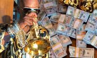 Floyd Mayweather presume su fortuna al beber en copa de oro y con millones de dólares