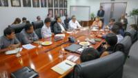 Foto de reunión de Produce en donde aparecer el congresista Roberto Vieira