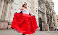 Amanda Portales en el frontis de la Catedral de Lima