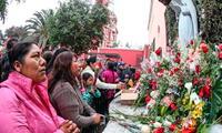 Fieles ingresan a santuario de Santa Rosa de Lima