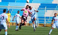 Archimbaud lucha el balón con Penco. FOTO: Melissa Valdivia