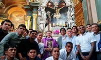 Junto al monseñor Juan Luis Cipriani, jugadores cremas posaron junto al Cristo de Pachacamilla
