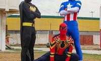tres jugadores del Aurich llegan vestidos de Batman, Capitán de América y Hombre Araña