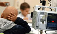 Niño se afeita la cabeza para que su amigo con cáncer no sea el único sin cabello en el colegio