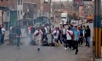 Un grupo de colectiveros en Lima realiza un paro para exigir formalización
