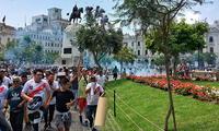 Policías dispersan a colectiveros de la Plaza San Martin con bombas lacrimógenas