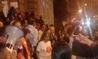 Agremiados permanecen a las afueras de colegio Guadalupe protestando ante el supuesto fraude electoral