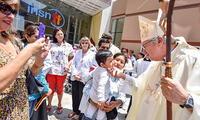 Monseñor Castillo dio bendición a los niños y profesionales de salud