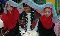 El novio aportó la cantidad de 10 000 rupias (S/ 462.46) que fueron compartidas por las dos mujeres