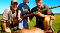 En las redes sociales, hay imágenes de los menores sonriendo junto a sus padres con el animal muerto.
