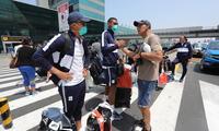 Los jugadores de Alianza Lima están con mascarilla a su llegada a Lima.
