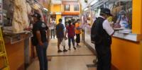 Fiscalizadores de la Municipalidad de Pueblo revisaron si los comerciantes cumplían con mostrar el precio de los alimentos.