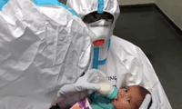 Las enfermeras fueron grabados por el personal del hospital y se observa a dos enfermeras consintiendo al bebé
