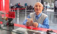 Jubilados cobran pensión por adelantada