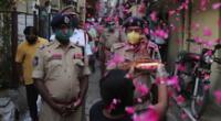 Decenas de parejas han decidido casarse a través de videoconferencias en la India.