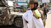 Los soldados lograron rescatar a los recién nacidos envueltos en mantas manchadas de sangre.
