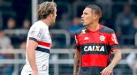 Paolo Guerrero y Diego Lugano teniendo un cruce en un Sao Paulo vs. Flamengo.