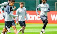 Salah conversa con Firmino en el entrenamiento grupal del Liverpool