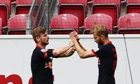Timo Werner celebra el primer gol junto a Konrad Laimer