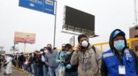 Trabajadores esperando transporte durante Estado de Emergencia.