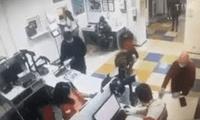 El insólito momento fue grabado por las cámaras de seguridad del local.
