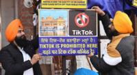 """Un cartel en el que se lee """"TikTok prohibido aquí"""". AFP"""