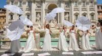 Las novias se reunieron en la Fontana de Trevi, en Roma, Italia.
