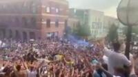Hinchas del Leeds festejaron pese a la pandemia.