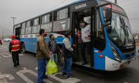 Transportistas permiten a pasajeros subir a buses sin protector facial pese a uso obligatorio.