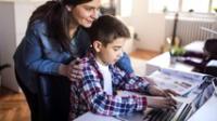 Se sugiere que los padres de familia fijen horarios en casa para las clases, tareas y los momentos de ocio de los niños.