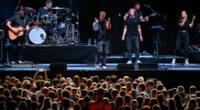 El cantante de pop alemán Tim Bendzko se presenta durante un experimento de concierto a gran escala.