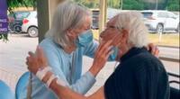 La pareja de ancianos protagonizando el romántico reencuentro.