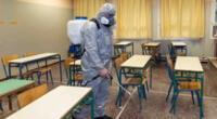 Los trabajadores rocían desinfectante como parte de las medidas preventivas contra la propagación del COVID-19.