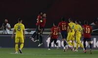 Ramos y Fati celebran la victoria ante Ucrania