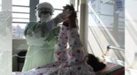 Pacientes COVID-19 reciben terapia de rehabilitación.