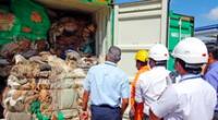 Los funcionarios de aduanas inspeccionan el contenido de un contenedor en un puerto de Colombo en 2019.
