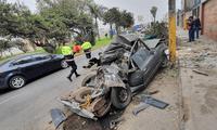 Auto estacionado fue arrollado por camión en horas de la madrugada.