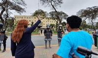 Liliana La Rosa, decana del Colegio de Enfermeros del Perú, lidera la protesta en los exteriores del Ministerio de Salud