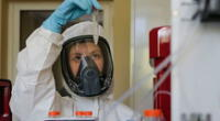 Científica agarrando muestras de la vacuna rusa