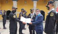 premian a policías por capturar a más de 50 extranjeros