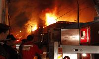 El incendio se originó a causa de un corto circuito dentro de una de las viviendas.
